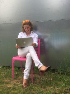 Die Markenmacherin Wencke Börding am Laptop im Grünen